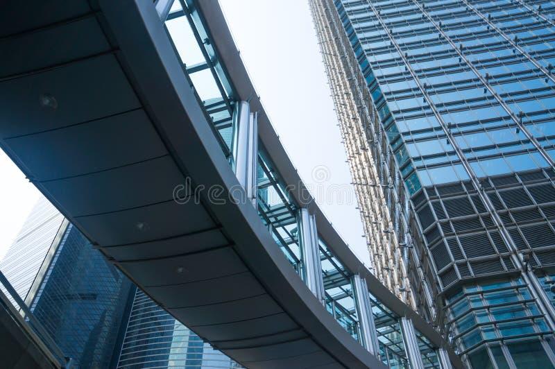 Vista di angolo basso dei grattacieli in Hong Kong, immagine tonificata dell'edificio per uffici moderno immagini stock
