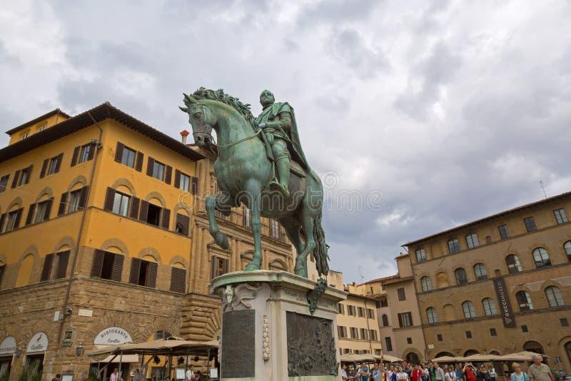 Vista di angolo basso del monumento equestre di Cosimo I a Firenze, I immagine stock libera da diritti