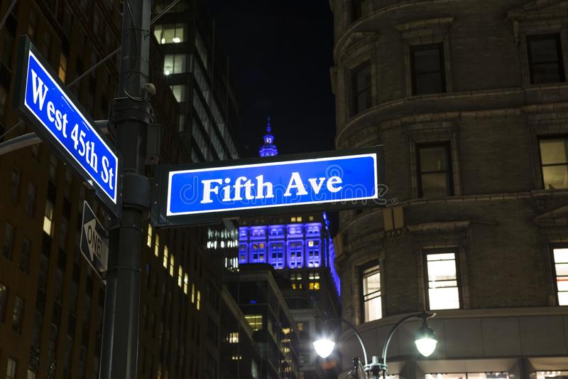 Vista di angolo basso del segno New York di Fifth Avenue immagini stock