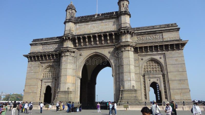 Vista di angolo basso dell'ingresso dell'India contro cielo blu fotografia stock libera da diritti