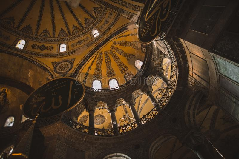 vista di angolo basso dell'interno della moschea illuminata del suleymaniye immagine stock libera da diritti