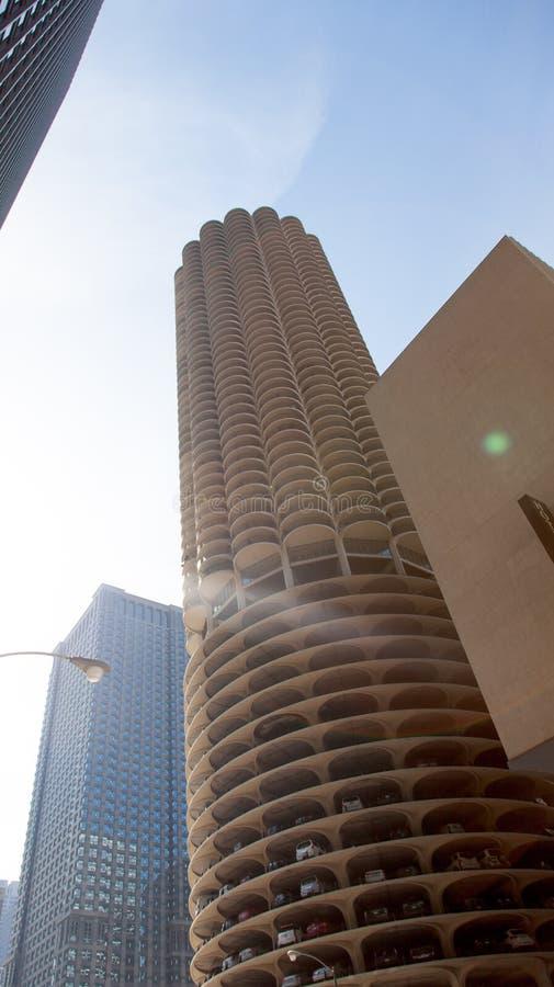Vista di angolo basso di un grattacielo, Marina City, State Street, Chica immagine stock