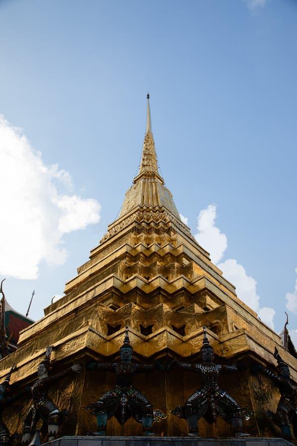Vista di angolo basso di una pagoda dorata da Emerald Buddha Temple con bianco e dalle nuvole nei precedenti immagini stock