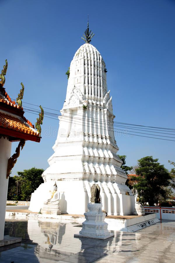 Vista di angolo basso di una pagoda e di un cielo blu bianchi nei precedenti a Bangkok immagini stock