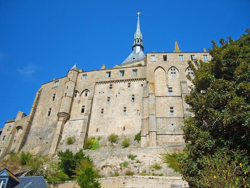 Vista di angolo di Uprisen dell'abbazia storica famosa di Le Mont Saint-Michel Gothic in Normandia, la Bretagna, Francia, Europa immagine stock libera da diritti