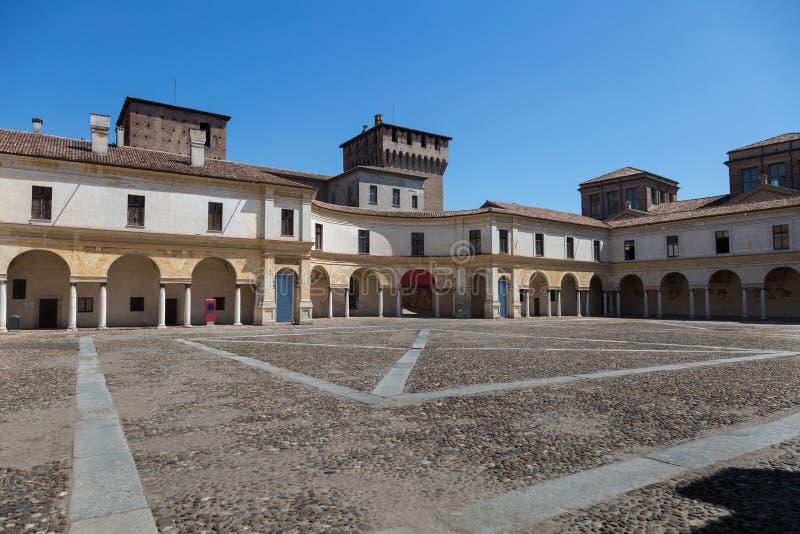 Vista di architettura di Castello della piazza della Lombardia - di Mantova, Italia: Colonnato interna fotografia stock