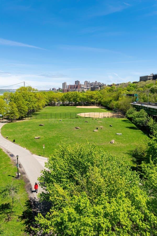 Vista di Arial attraverso il parco di stato di riva in New York, con l'Upper Manhattan e George Washington Bridge in fotografie stock libere da diritti
