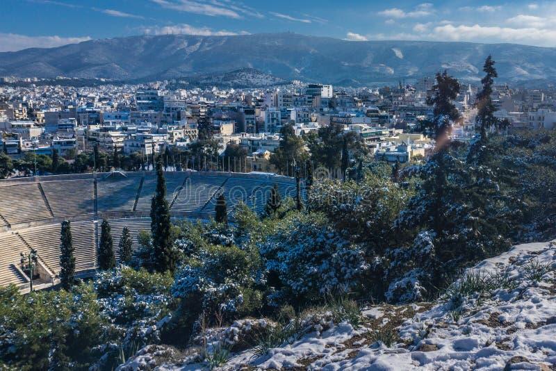 Vista di Atene e dello stadio panatenaico nell'inverno fotografia stock libera da diritti