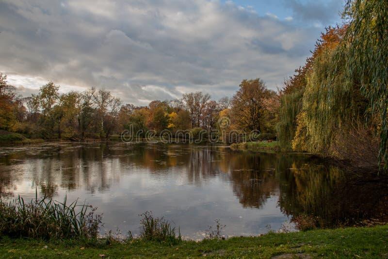 Vista di autunno dal parco immagine stock