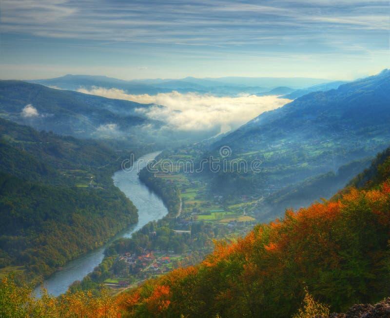 Vista di autunno sopra il fiume Drina, montagna di Cesalpina, Serbia occidentale immagine stock libera da diritti