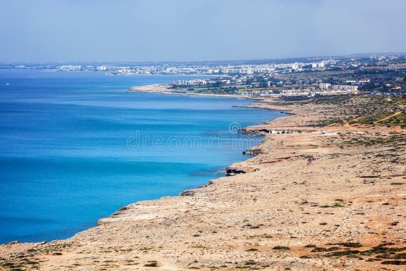 Vista di Ayia Napa, delle scogliere e del mare blu, il resor famoso fotografia stock libera da diritti
