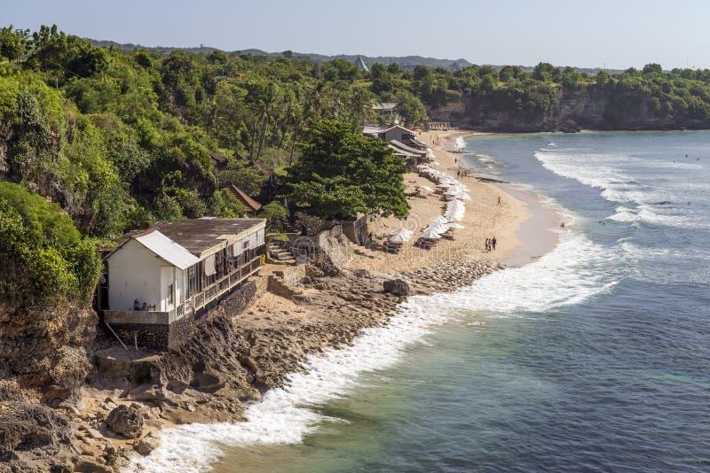 Vista di bella area della spiaggia con l'alto fondo della scogliera immagini stock libere da diritti