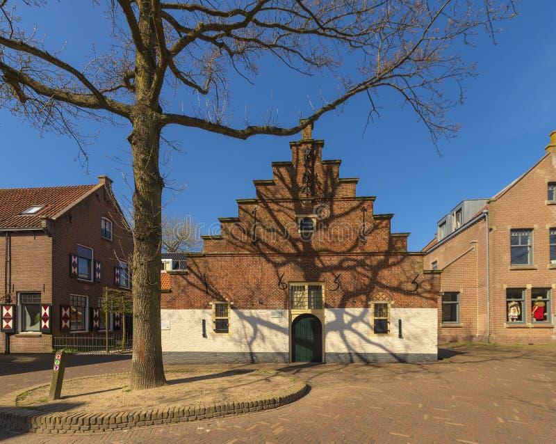 Vista di bella casa fatta un passo del timpano in un villaggio olandese, fotografata in molla in anticipo, il primo giorno di mol fotografie stock libere da diritti