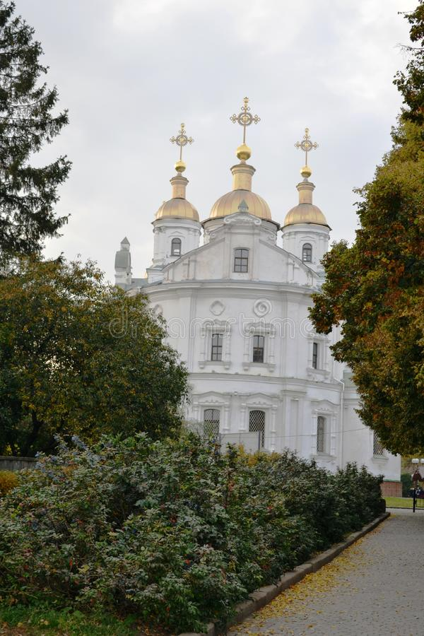 Vista di bella chiesa contro il cielo blu e le nuvole bianche immagine stock