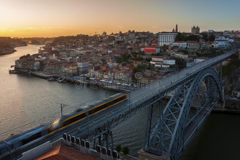 Vista di bella città di Oporto al tramonto con il fiume del Duero e Dom Luis Bridge fotografia stock libera da diritti
