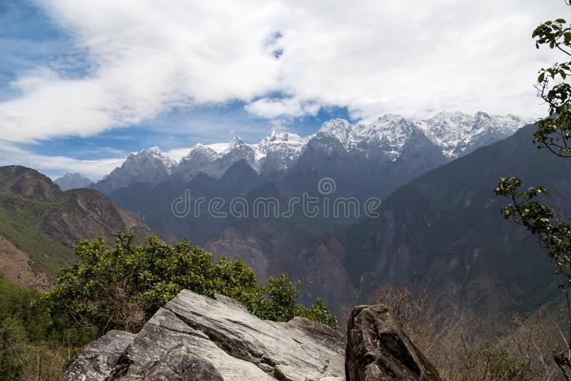 Vista di bella gola e delle montagne nevose fotografie stock libere da diritti