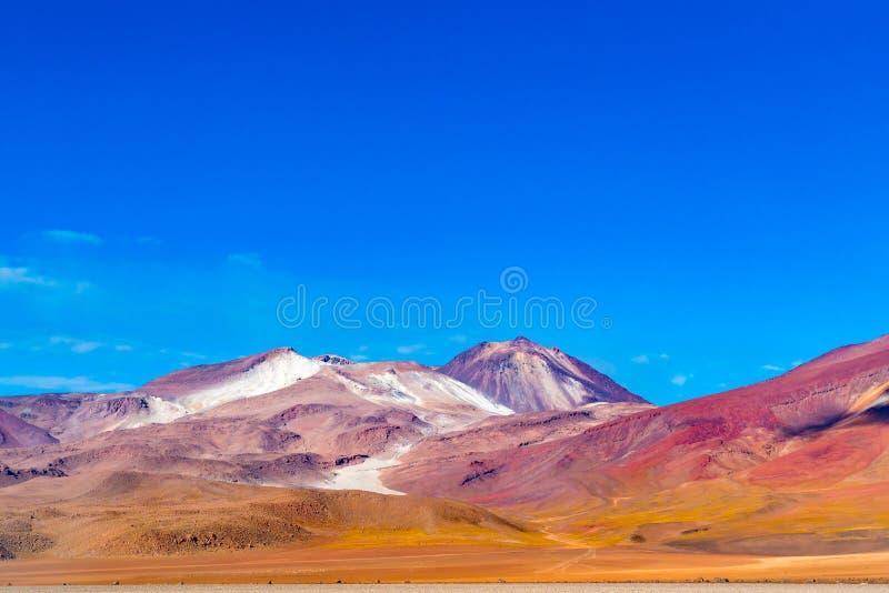 Vista di bella montagna contro il cielo blu in Salvador Dali Desert Uyuni fotografia stock