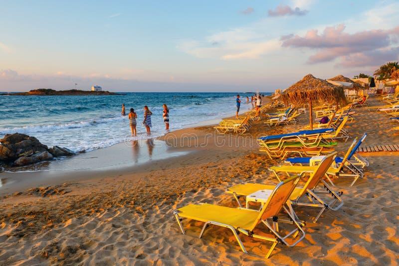 Vista di bella piccola spiaggia durante il tramonto vicino a Malia, Creta, Grecia fotografia stock
