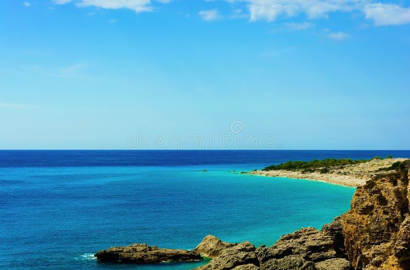 Vista di bella spiaggia con le scogliere rocciose in mare il mar Mediterraneo immagine stock libera da diritti
