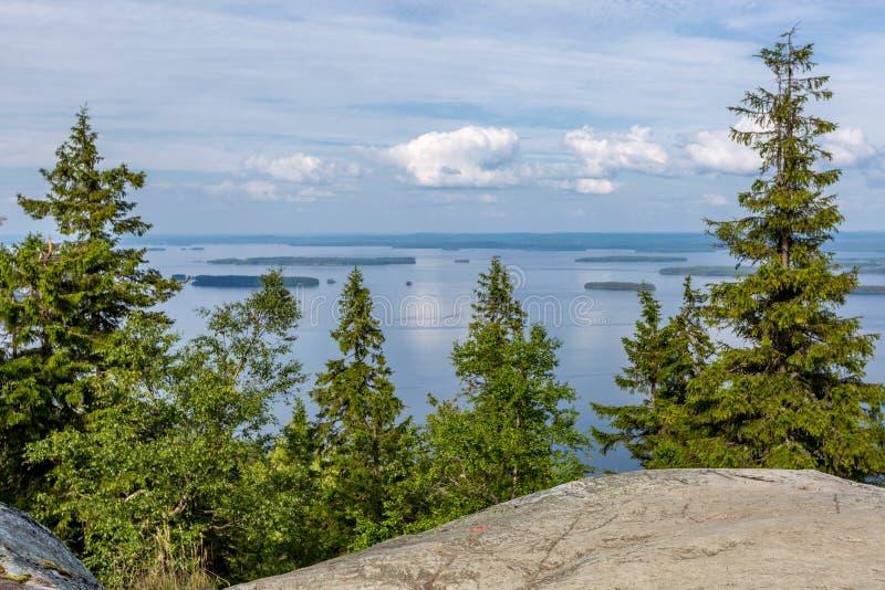 Vista di bello lago dalla cima della collina, Koli National Park immagini stock libere da diritti