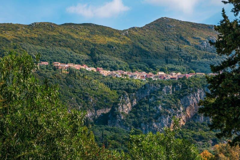 Vista di bello piccolo villaggio con le case variopinte su una montagna, circondata dalla foresta verde fotografie stock libere da diritti