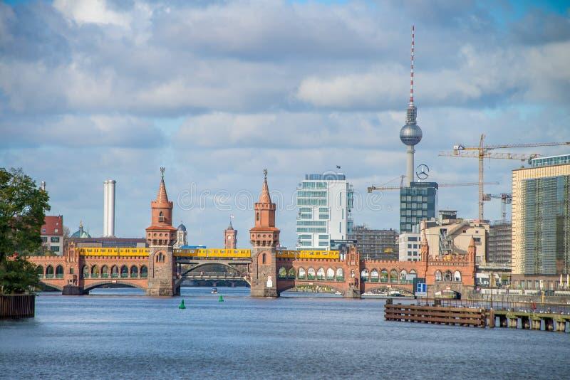 Vista di Berlino sopra la baldoria del fiume in Germania fotografia stock