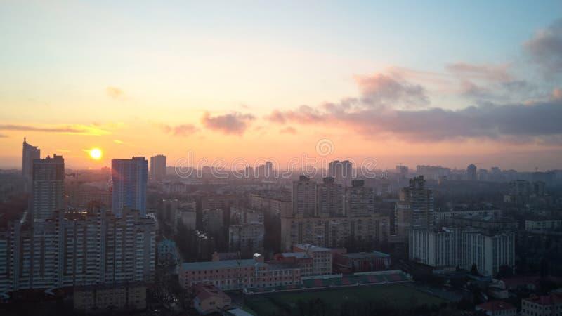 Vista di Birdseye della città ad alba immagine stock libera da diritti