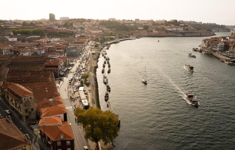 Vista di Birdseye su Oporto e sul fiume ind Portogallo del Duero immagine stock libera da diritti