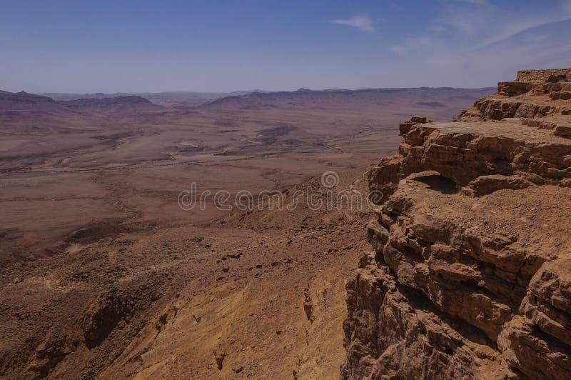 Vista di Birdseye sulle viandanti nel cratere di Ramon fotografia stock libera da diritti