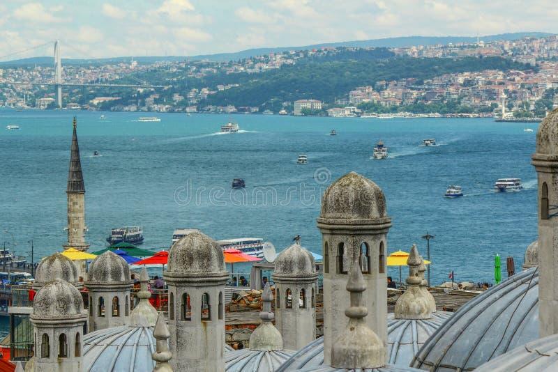 Vista di Bosphorus Navi che galleggiano nel mare immagine stock libera da diritti