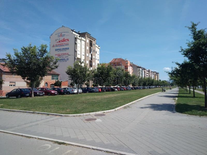 Vista di Bulevar Evropa a Novi Sad, Serbia, cielo blu immagine stock