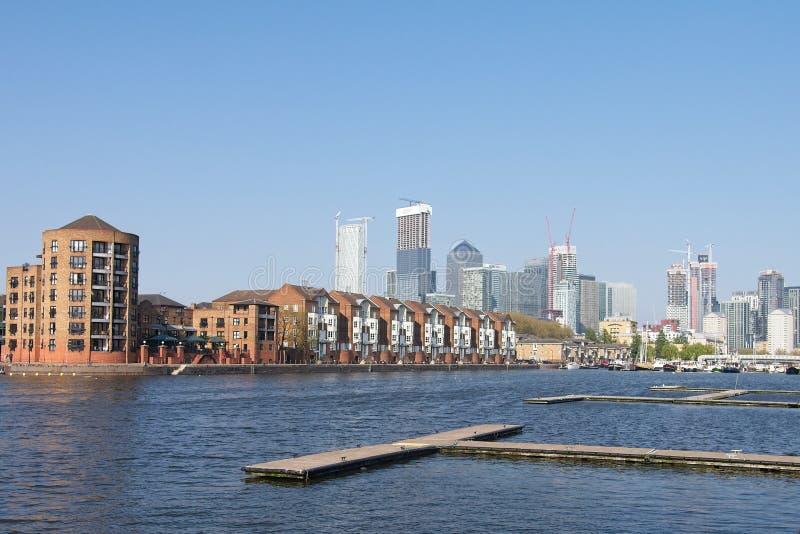 Vista di Canary Wharf dal bacino della Groenlandia, Londra immagine stock libera da diritti