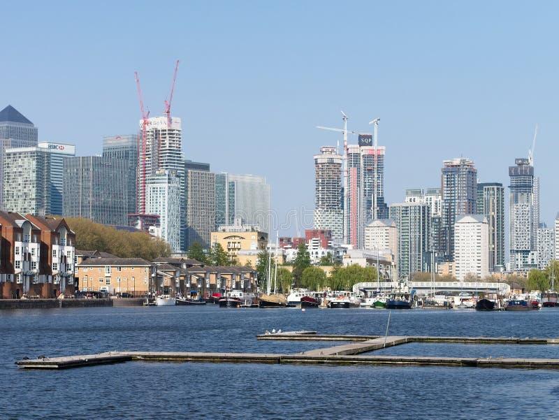 Vista di Canary Wharf dal bacino della Groenlandia, Londra fotografia stock libera da diritti