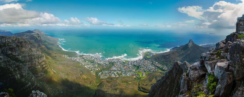 Vista di Cape Town dalla montagna della tavola Panorama all'Oceano Atlantico fotografia stock libera da diritti