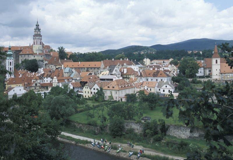 Vista di Cesky Krumlov con la torre dipinta rotonda del suo castello Cesky Krumlov è una delle città più pittoresche nel Ceco fotografie stock libere da diritti