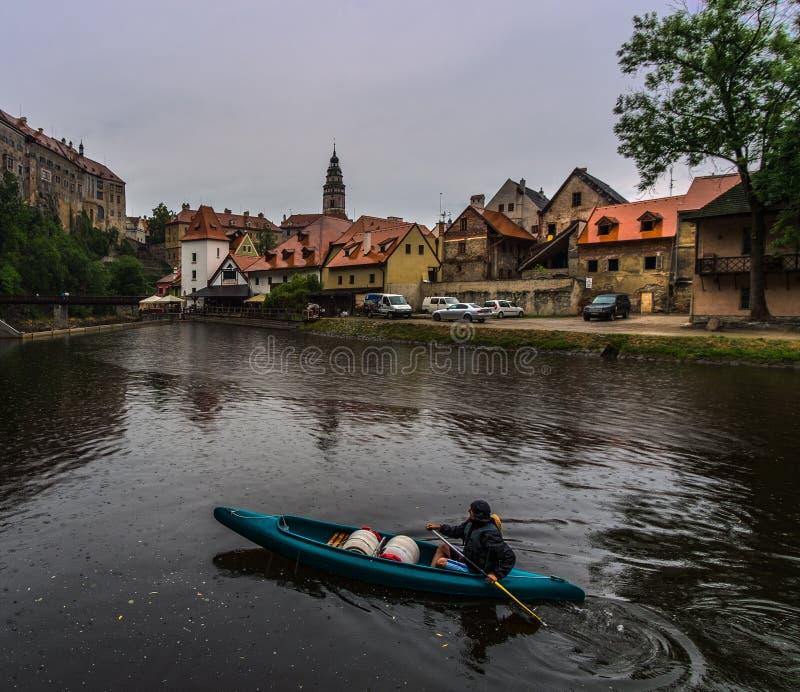 Vista di Cesky Krumlov dall'acqua fotografie stock libere da diritti