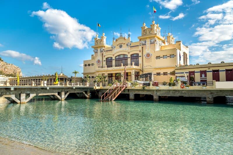 Vista di Charleston, l'istituzione della spiaggia di Mondello sul mare a Palermo, Sicilia fotografia stock libera da diritti