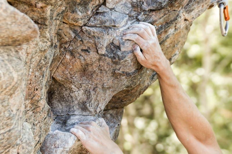 Vista di chiusura del climber che tiene stretta la mano sul precipizio naturale immagini stock