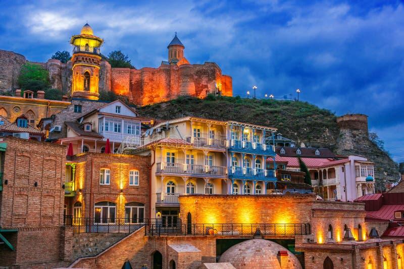 Vista di Città Vecchia di Tbilisi, Georgia dopo il tramonto fotografie stock libere da diritti