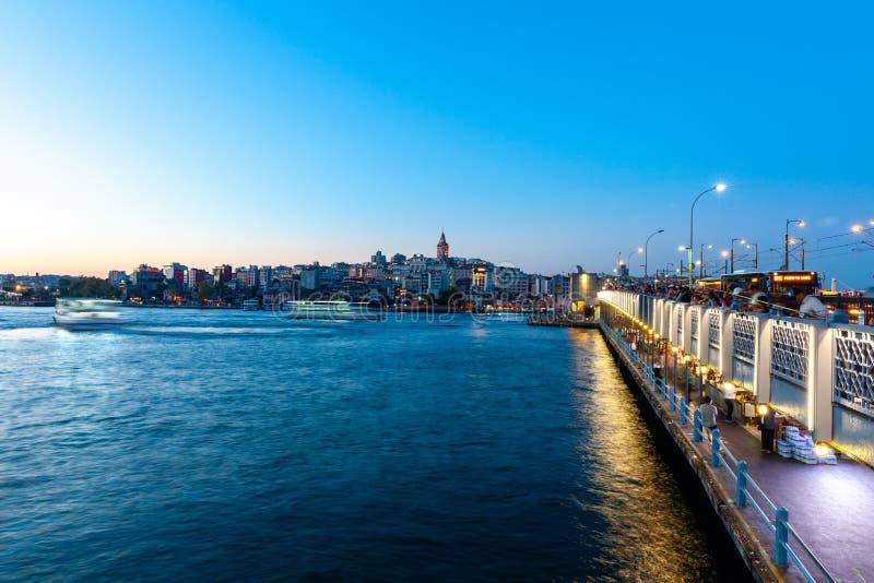 Vista di Costantinopoli attraverso Horn dorato con la torre di Galata in Th fotografia stock