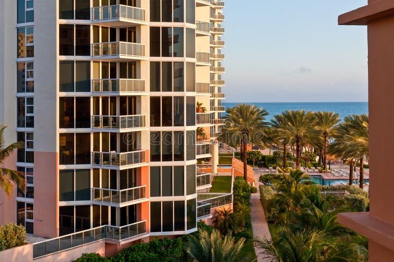 Vista di costruzione di lusso moderna e della costa atlantica a Miami immagine stock libera da diritti