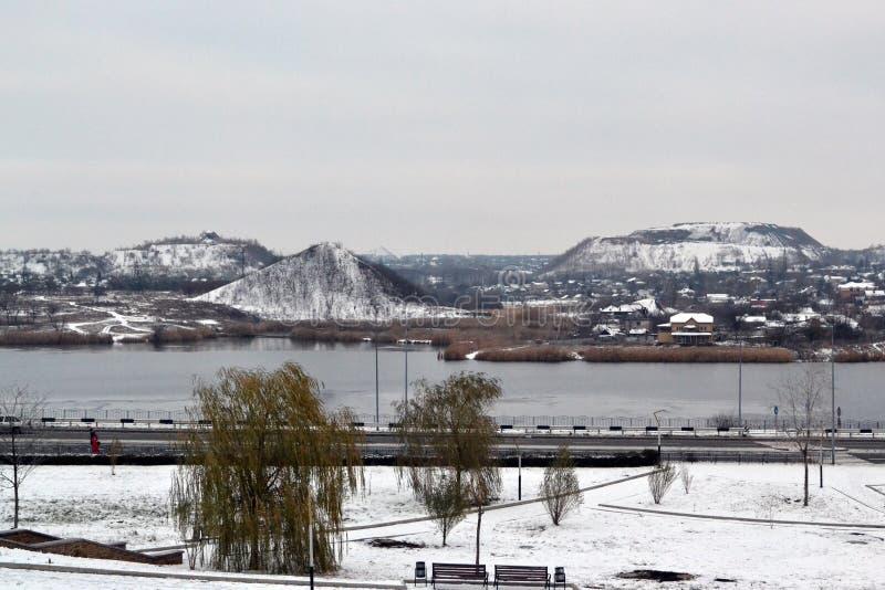 """Vista di Donec'k mucchi dello spreco della miniera di carbone """"delle montagne """"- coperti di neve fotografie stock"""