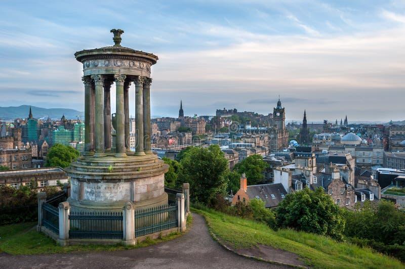 Vista di Edimburgo dalla collina di Calton con Dugald Stewart Monument nella priorità alta immagine stock libera da diritti