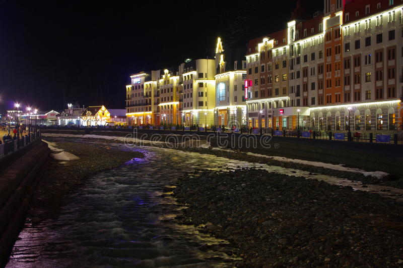 Vista di Enyoing al fiume con le luci piacevoli immagini stock libere da diritti