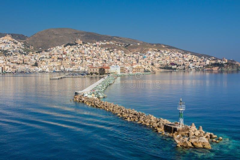Vista di Ermoupolis nell'isola di Syros (Grecia) dal mare fotografie stock libere da diritti