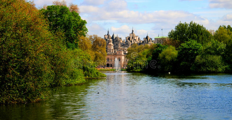 Vista di estate al parco del ` s di St James ed al museo della cavalleria della famiglia Londra, Regno Unito fotografie stock libere da diritti