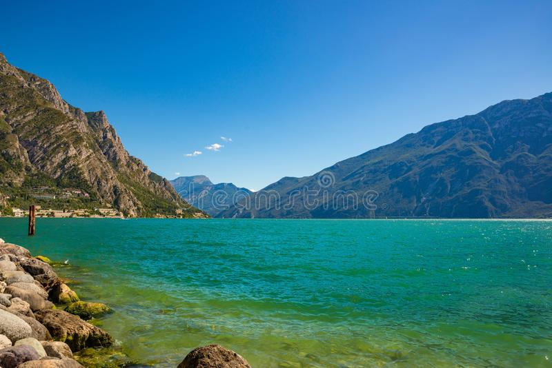 Vista di estate di bellezza sulla polizia del sul di Limone e sul lago garda immagine stock