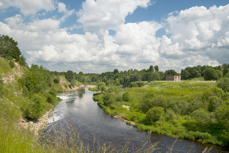 Vista di estate con il fiume fotografia stock libera da diritti