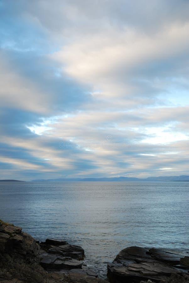 Vista di estate del fiordo norvegese in fotografie stock