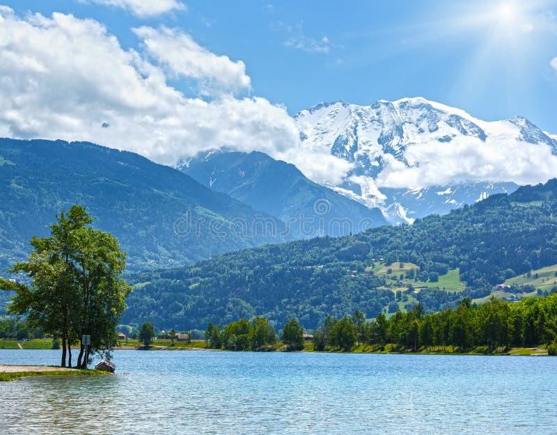 Vista di estate del massiccio della montagna del lago Passy e di Mont Blanc immagine stock